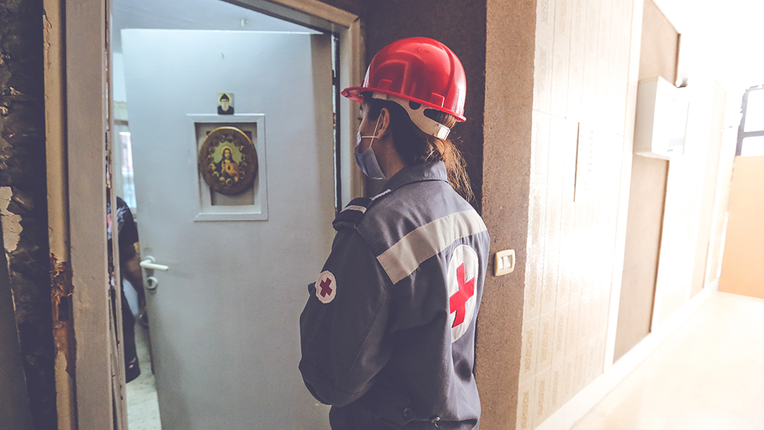 A Lebanese Red Cross volunteer makes a home visit